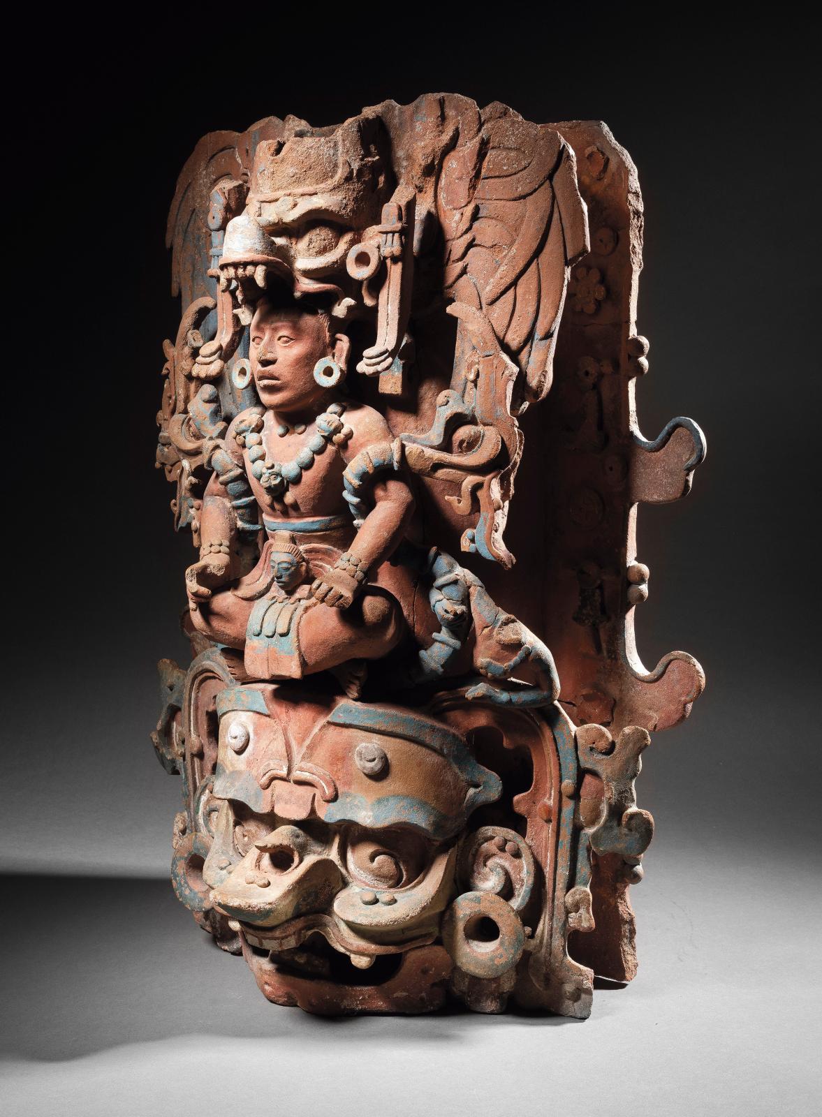 Mexique, Chiapas, culture maya, 600-900. Support d'encensoir représentant un seigneur assis, céramique modelée polychrome, 58x40x36cm