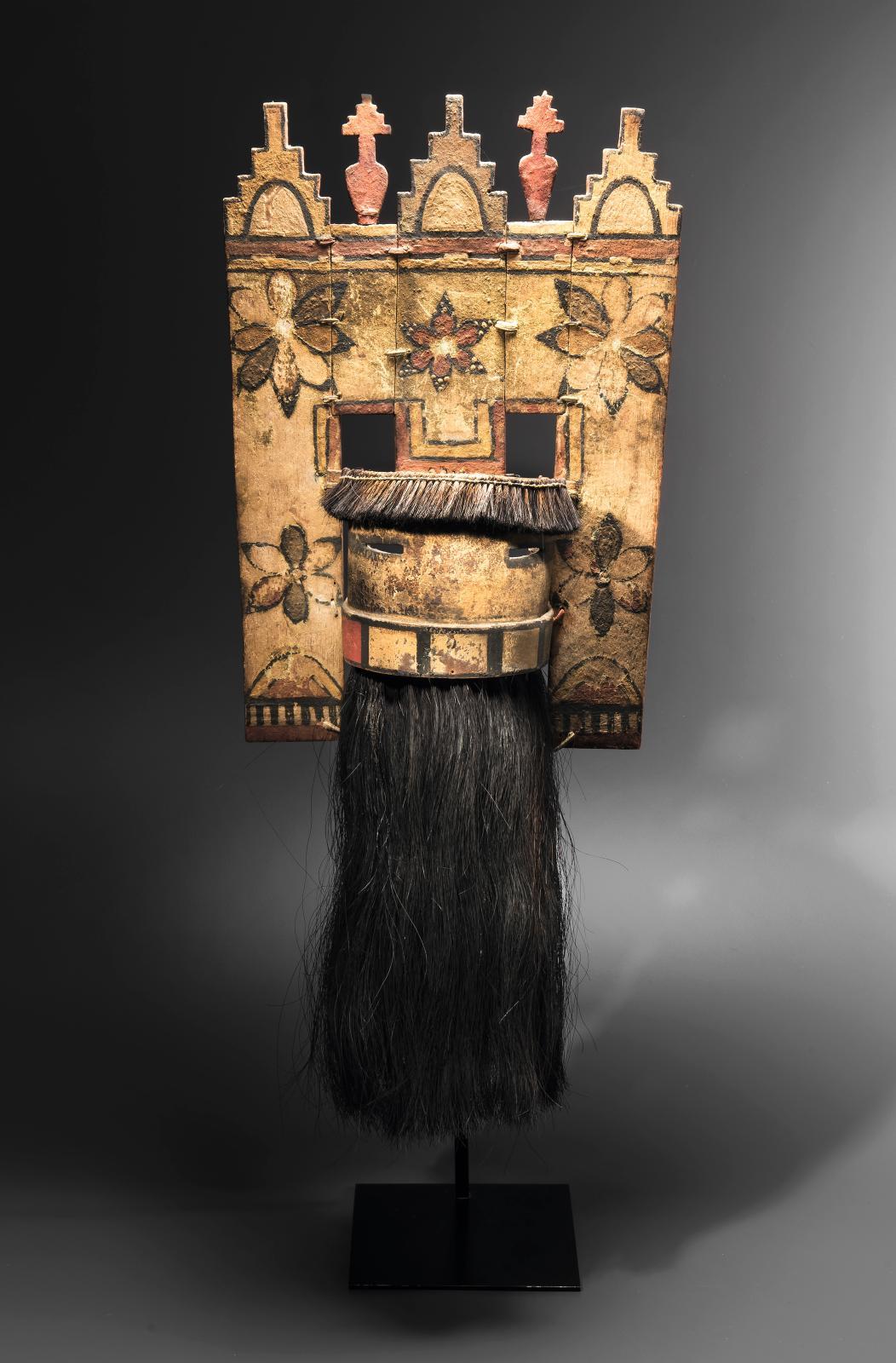 Hopi, Zuni, Arizona, États-Unis. Masque Angak'china à «tableta», bois, pigments divers, cuir, crin de cheval, h.43cm avec tablet, 67cm avec barbe.