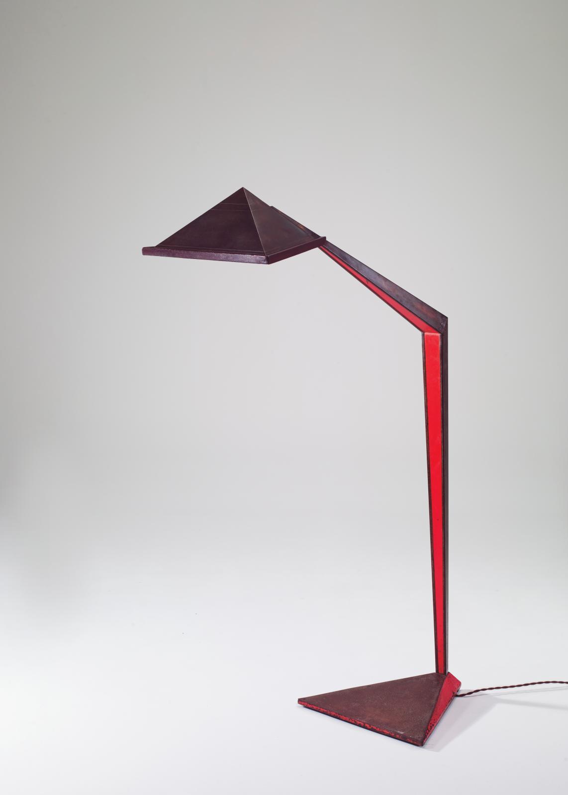 John Lautner, lampadaire en acier patiné et laqué rouge, réflecteur en laiton créé en deux exemplaires pour la George D. Sturges Residence