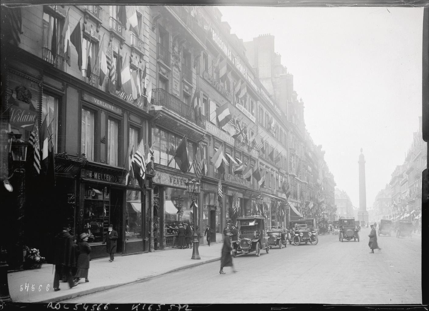 Rue de la Paix en 1919 ; Vever s'y établit d'abord au n° 19, puis emménage au n° 14.Photo DR, collection famille Vever