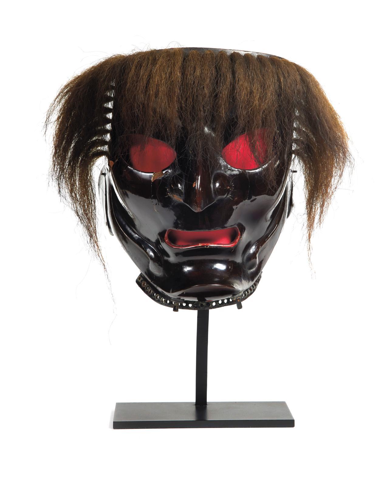 Un somen est un masque entier japonais. Celui-ci, en fer laqué, figurant un kappa, possède des cheveux en crin et son intérieur est laqué