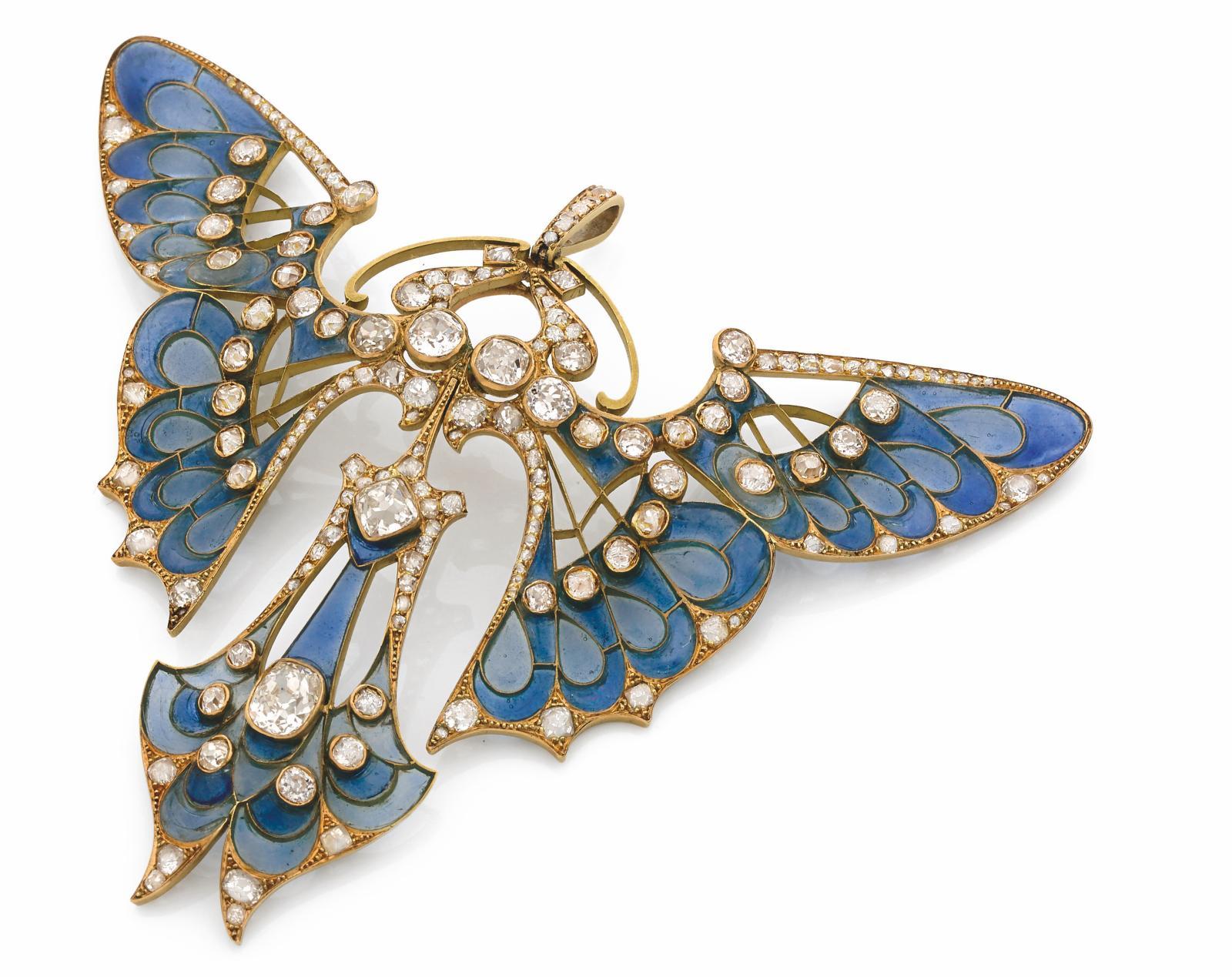 Maison Vever, 1900. Broche pendentif «Papillon», or jaune, diamants de taille ancienne, fond émaillé plique à jour bleu de deux tons, part