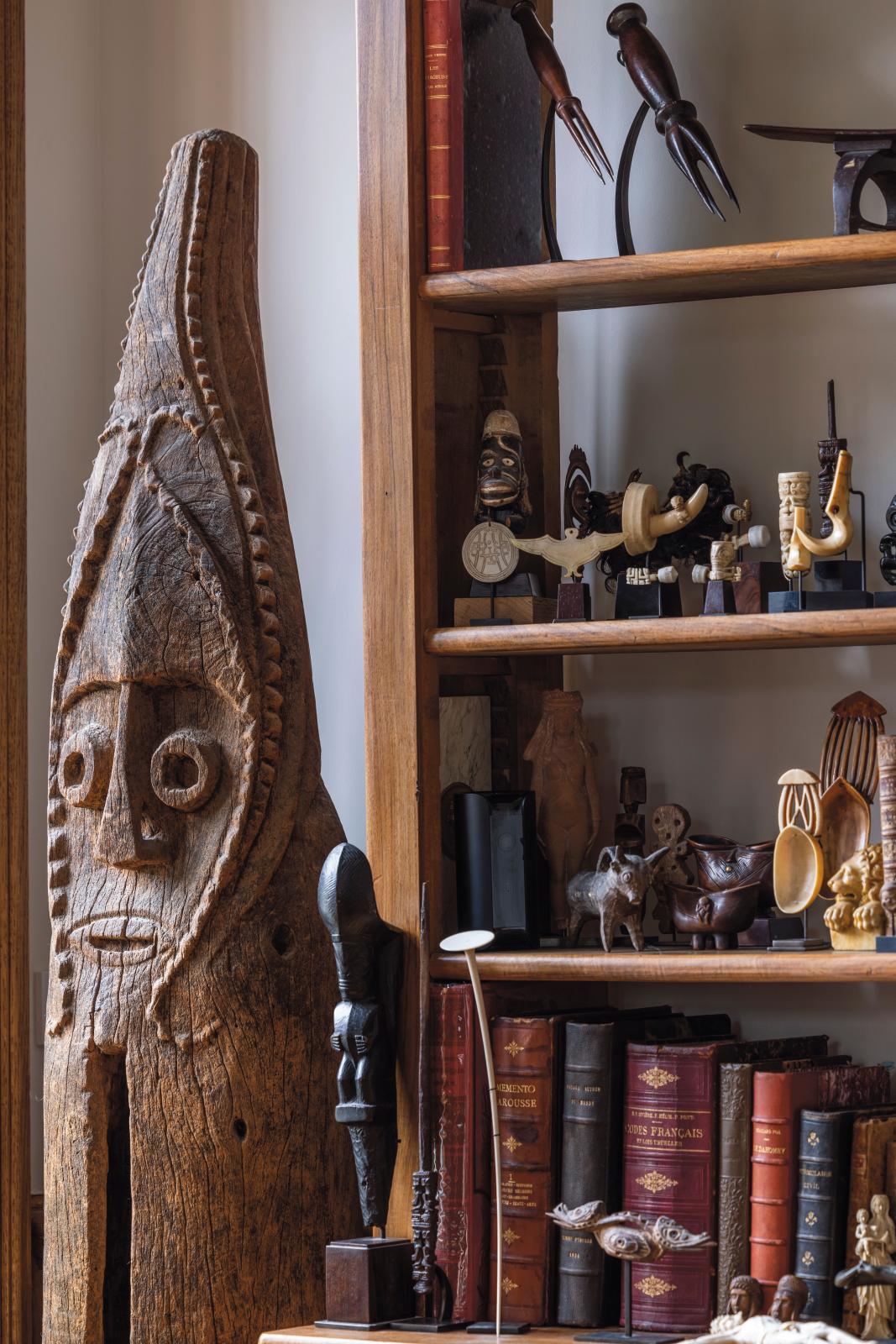 Vue de l'intérieur bruxellois d'Yves-Bernard Debie avec au premier plan, de gauche à droite, un grand tambour à fente du Vanuatu, un étrie