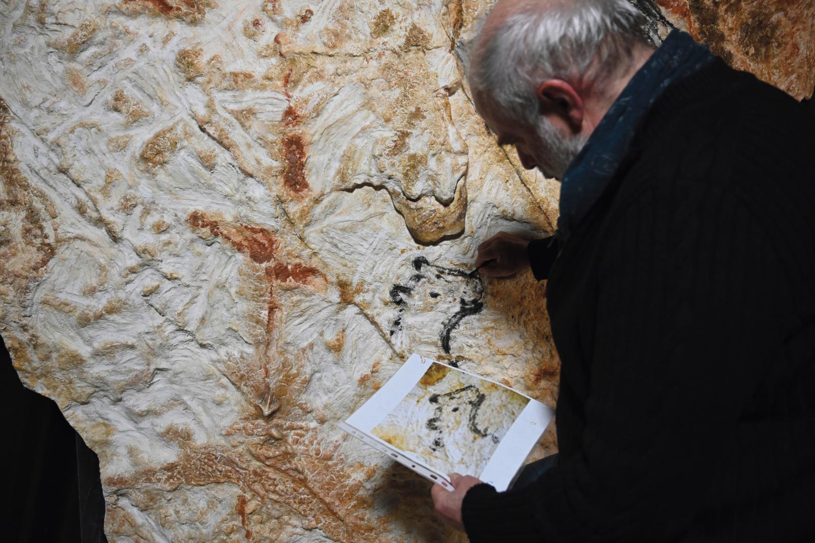 Gilles Tosello réalisant la copie de peintures de la grotte Cosquer.©Kléber Rossillon & Région Provence-Alpes-Côte d'Azur / Modèle 3D MC