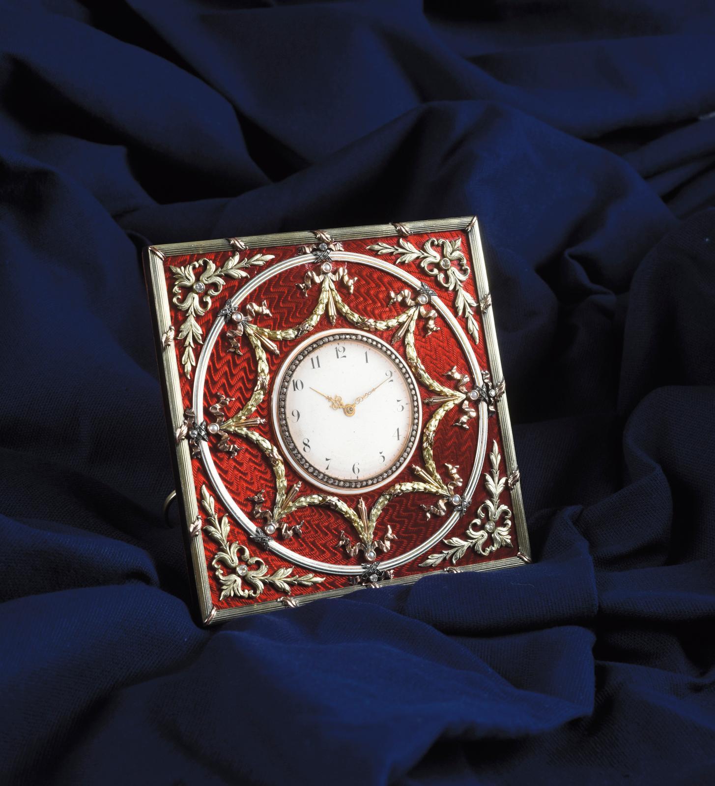 L'émail est aussi indissociable de la maison Fabergé que de la Russie impériale du tournant du XXesiècle. Il ornait cette fois de son rou