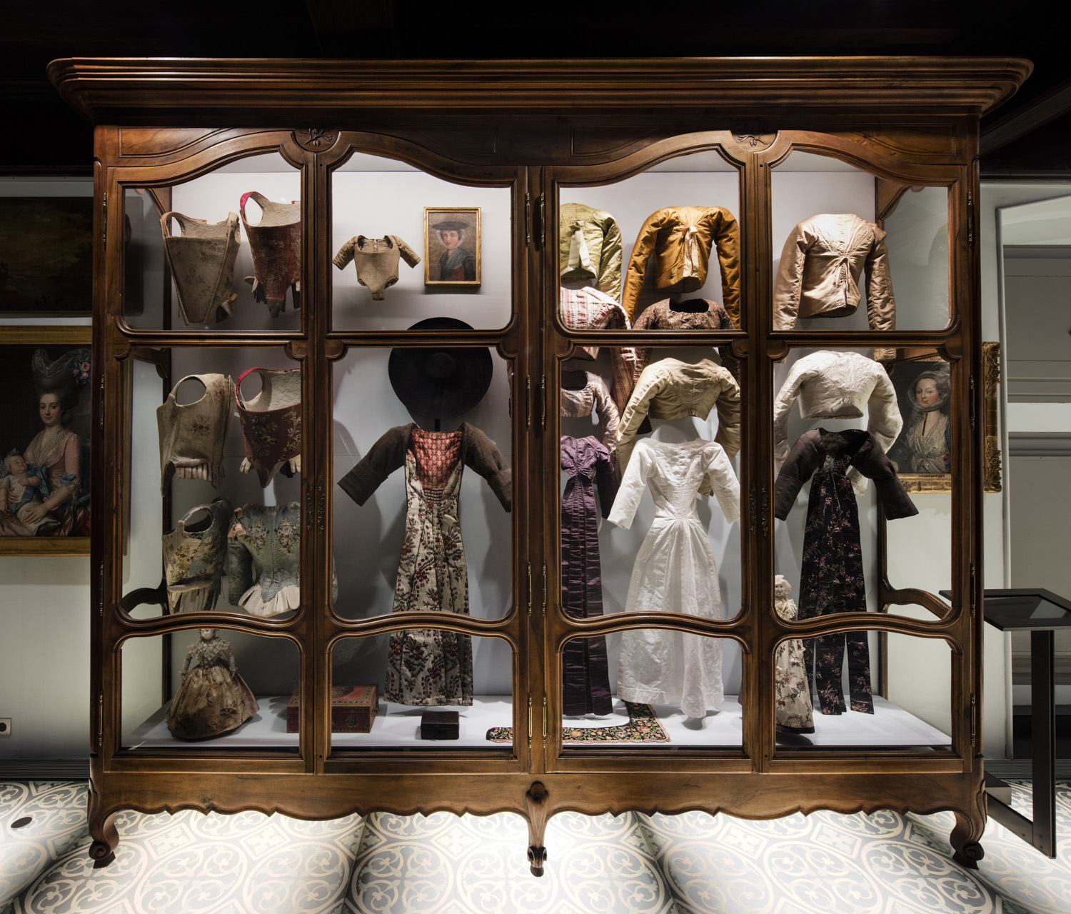 Museon Arlaten, Display case in the 18th-century costume room, photo by Sébastien Normand