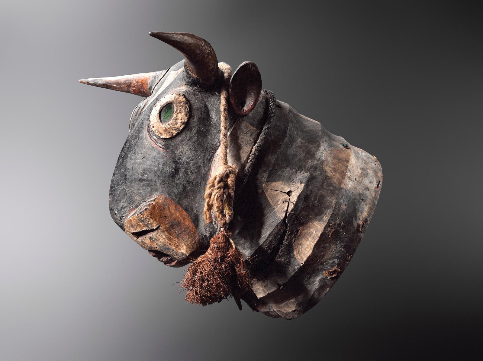"""Guinée-Bissau. Masque heaume bidjogo, appelé """"Vaca Bruto"""", bois, cornes de vache, culots de bouteilles en verre, cuir, cordages, h. 45 cm."""