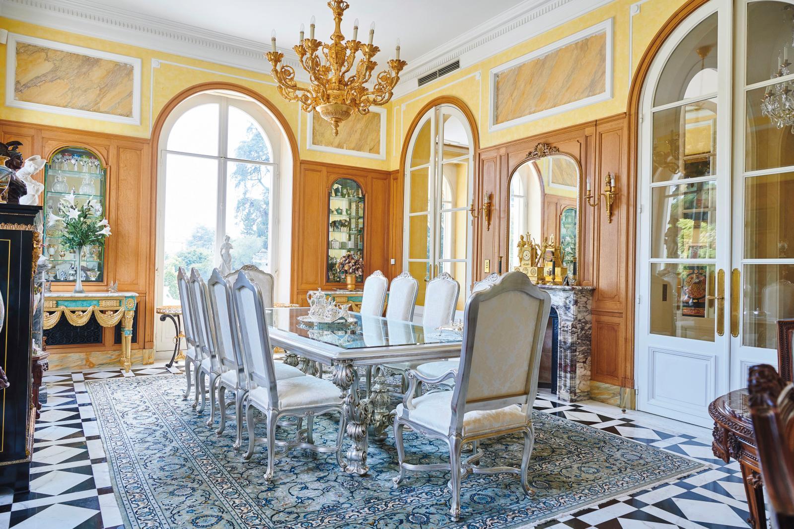 Style Louis XV, édition Angelo Cappellini, «Collection Millenium». Mobilier de salle à manger comprenant huit chaises, quatre fauteuils