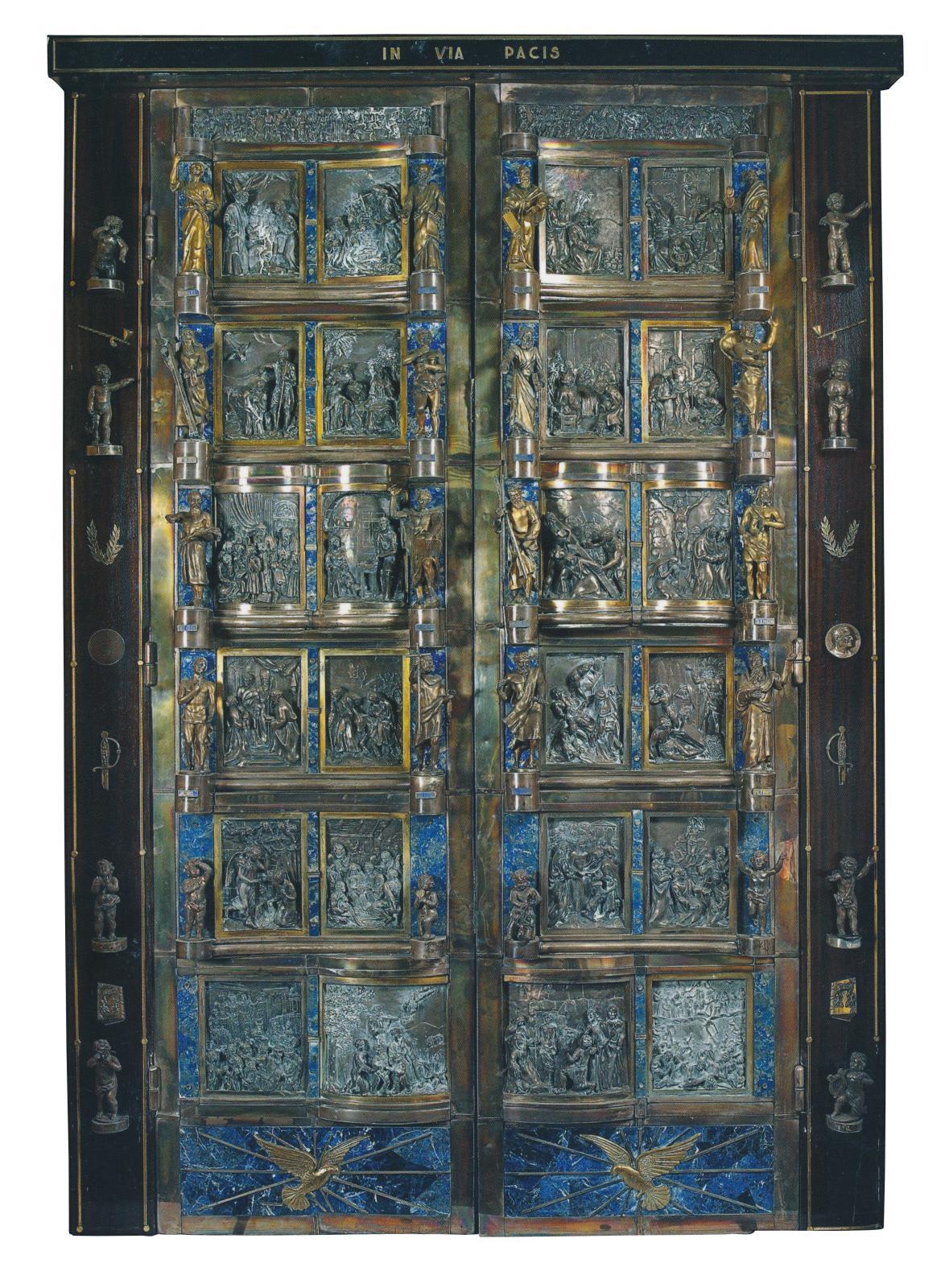 Fernand Bielle (1899-1975), vers 1940-1945, portes à parement et deux vantaux, scènes et personnages en vermeil ou argent sur fond de lapi