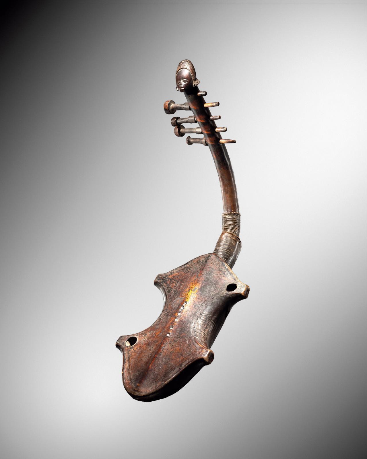 Harpe zandé, République démocratique du Congo, late 19th century-early 20th century, wood, skin, h. 63 cm/24.8 in. Galerie Bernard Dulon.©