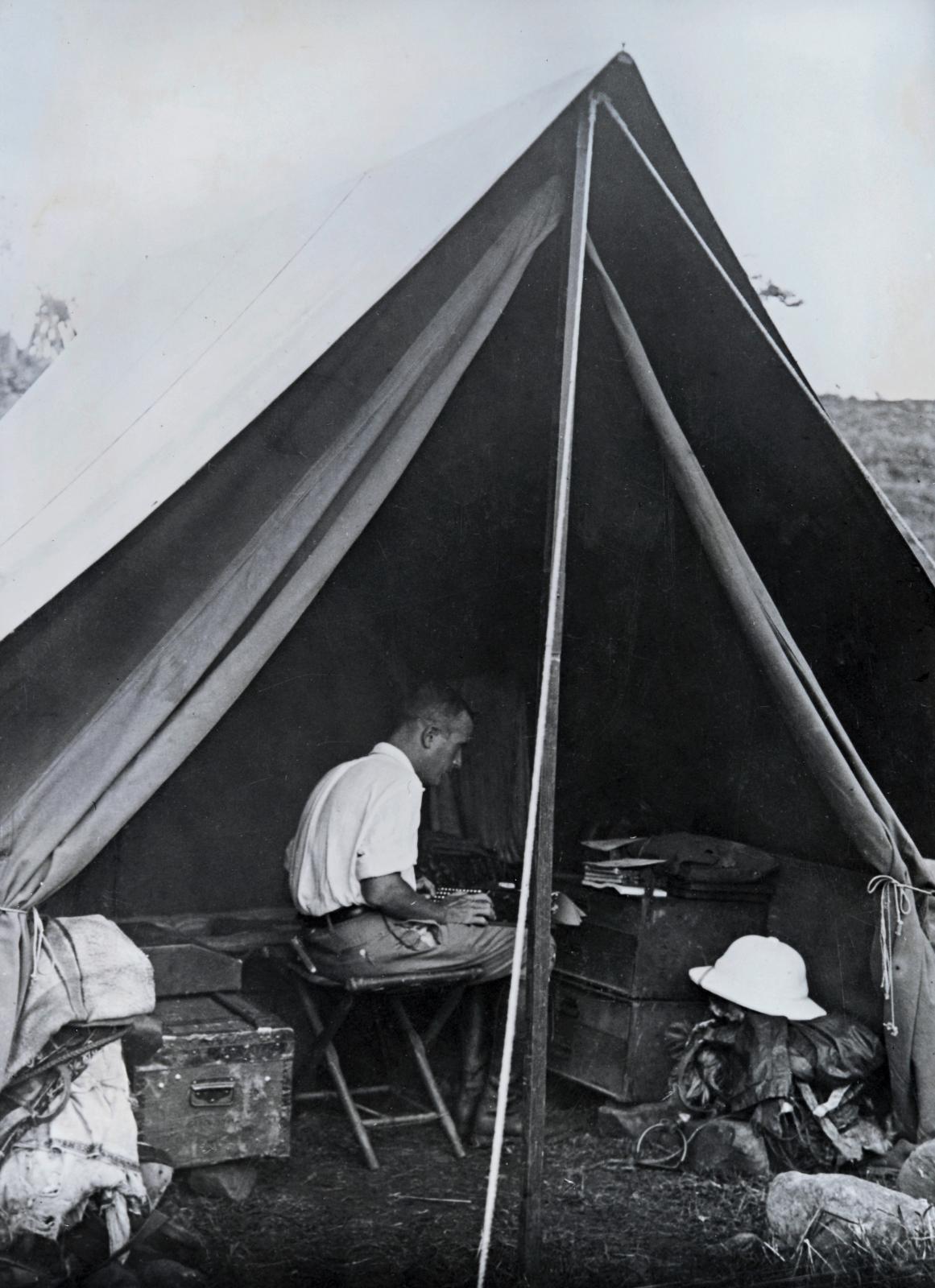 Marcel Griaule, Michel Leiris sous la tente, Soudan, Gallabat, 13mai1932, photographie.©Bibliothèque littéraire Jacques Doucet/Suzanne