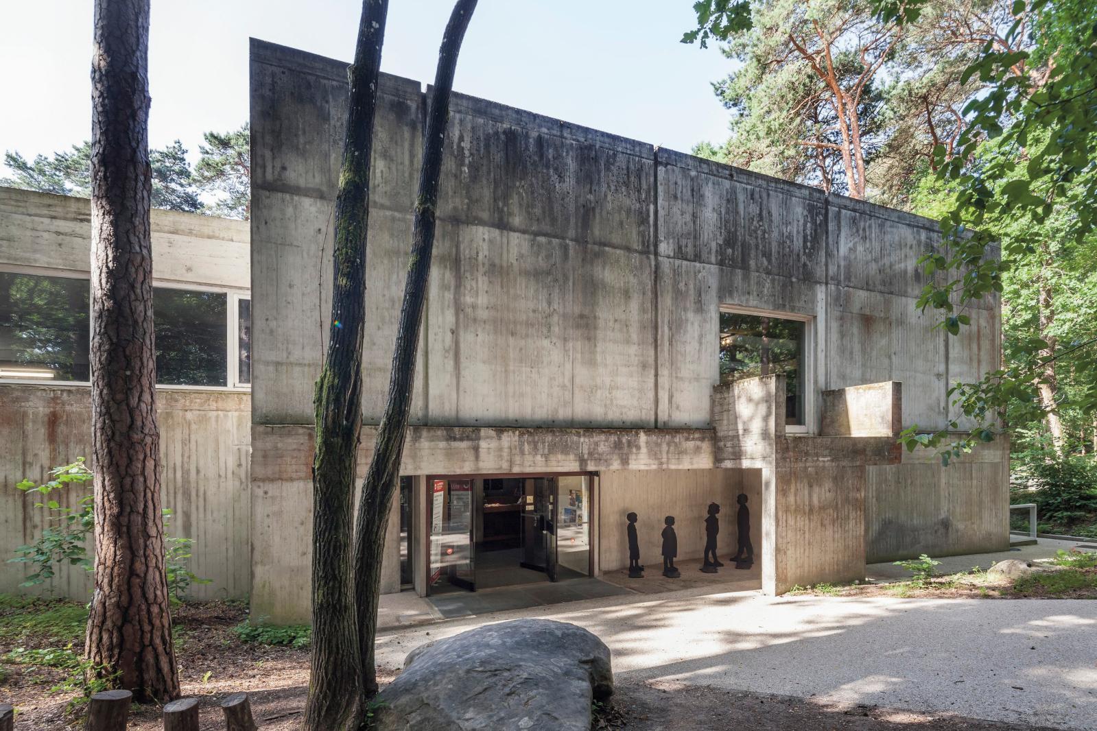 Le bâtiment de Roland Simounet implanté en lisière de la forêt de Nemours-Poligny, qui est elle-même une extension sud de la forêt de Font