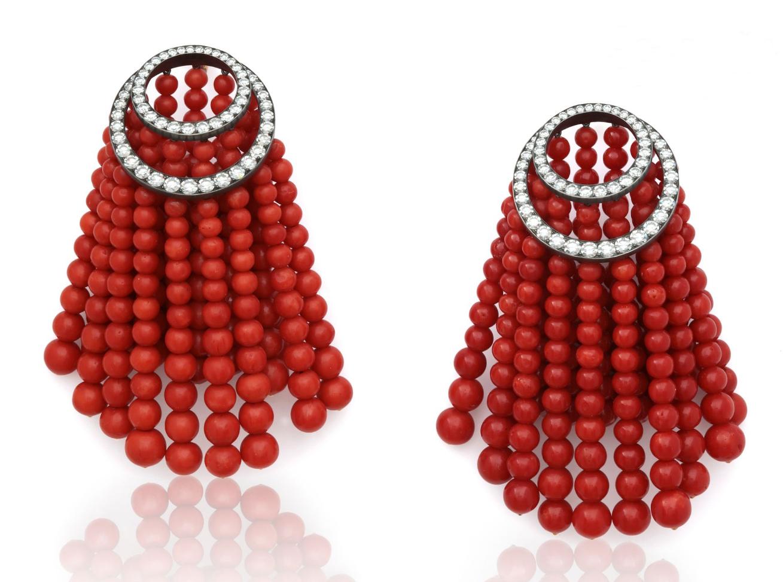 146500€ JAR, «Rideau», paire de pendants d'oreilles en platine et or jaune, composés de chutes de perles de corail surmontées de cercl