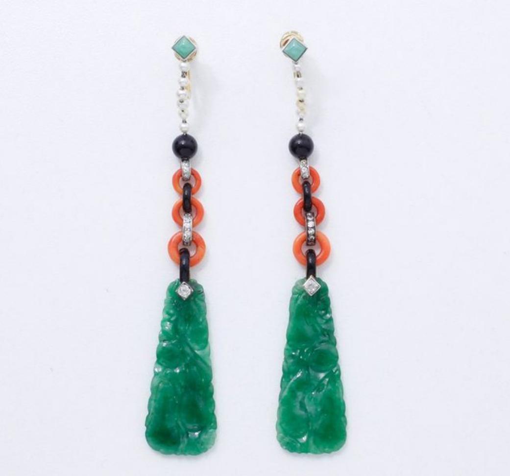142912€ Attribuée à Cartier, vers 1922, paire de pendants d'oreilles en or et platine composés d'une chenille décorée de jade, perles fi