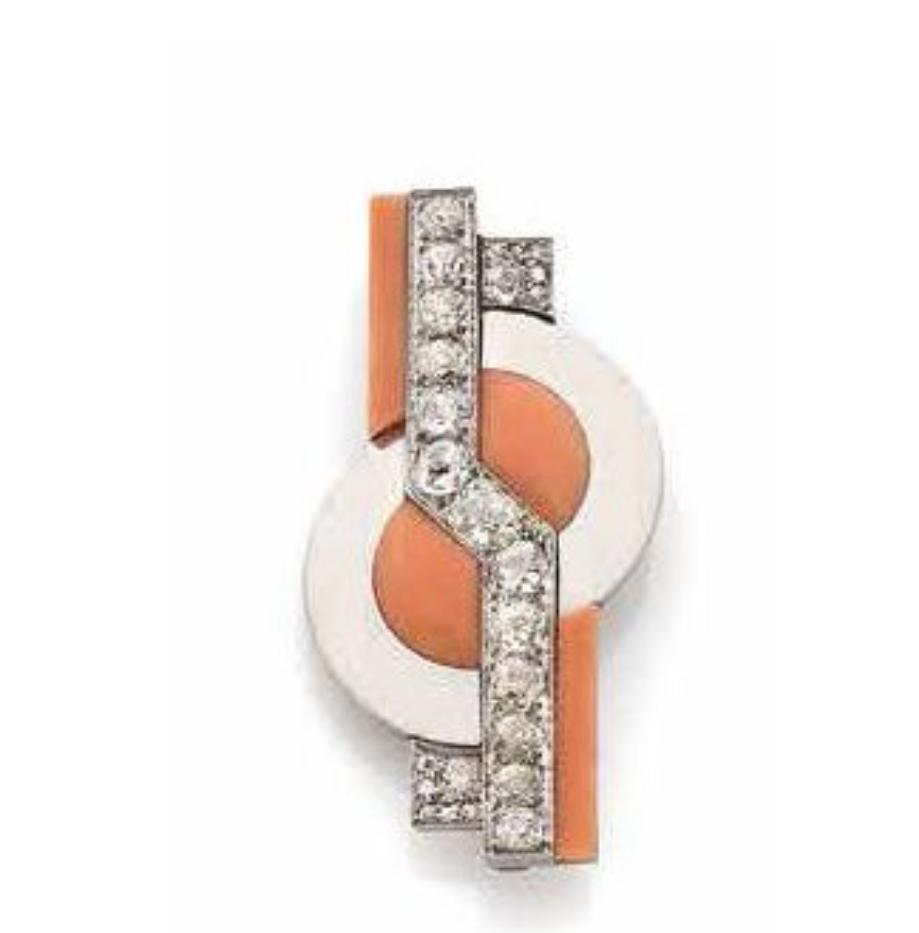 57375€ Raymond Templier, vers 1928, broche en platine et or blanc à dessin géométrique de disques en corail et ornée de diamants, poids