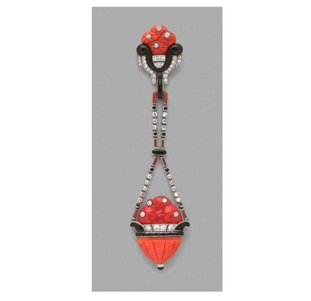 20320€ Lacloche, années1920, broche en platine à décor de vasques fleuries en corail ornées de diamants et onyx, h.10cm. Paris, Drouo