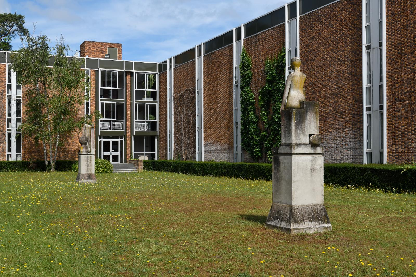 François-Xavier Lalanne (1927-2008), La Science (détail ci-dessous) et La Loi dans le parc du Cedep, béton moulé, 330x90x90cm. Estima