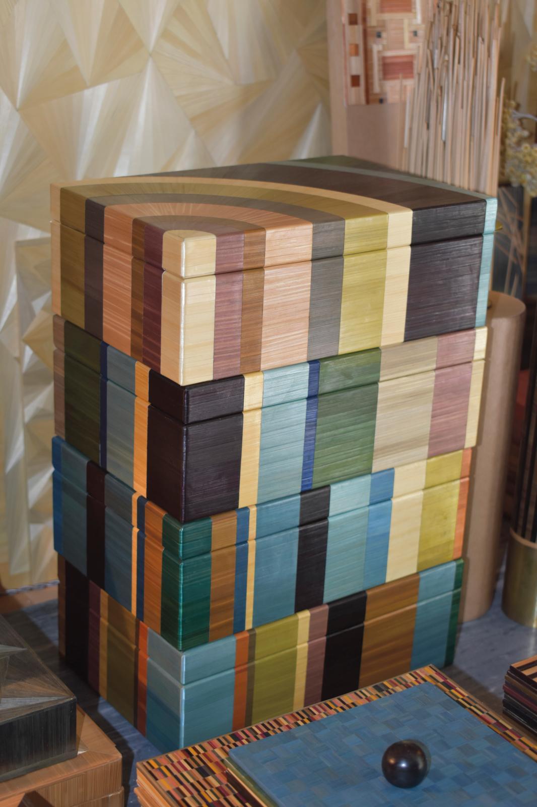 Empilement de boîtes «arc -en-ciel».©C.Averty