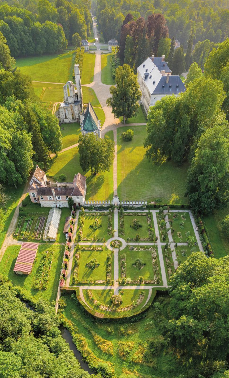 Abbaye royale de Chaalis, perspective est-ouest, avec au premier plan la roseraie. © Bruno Cohen