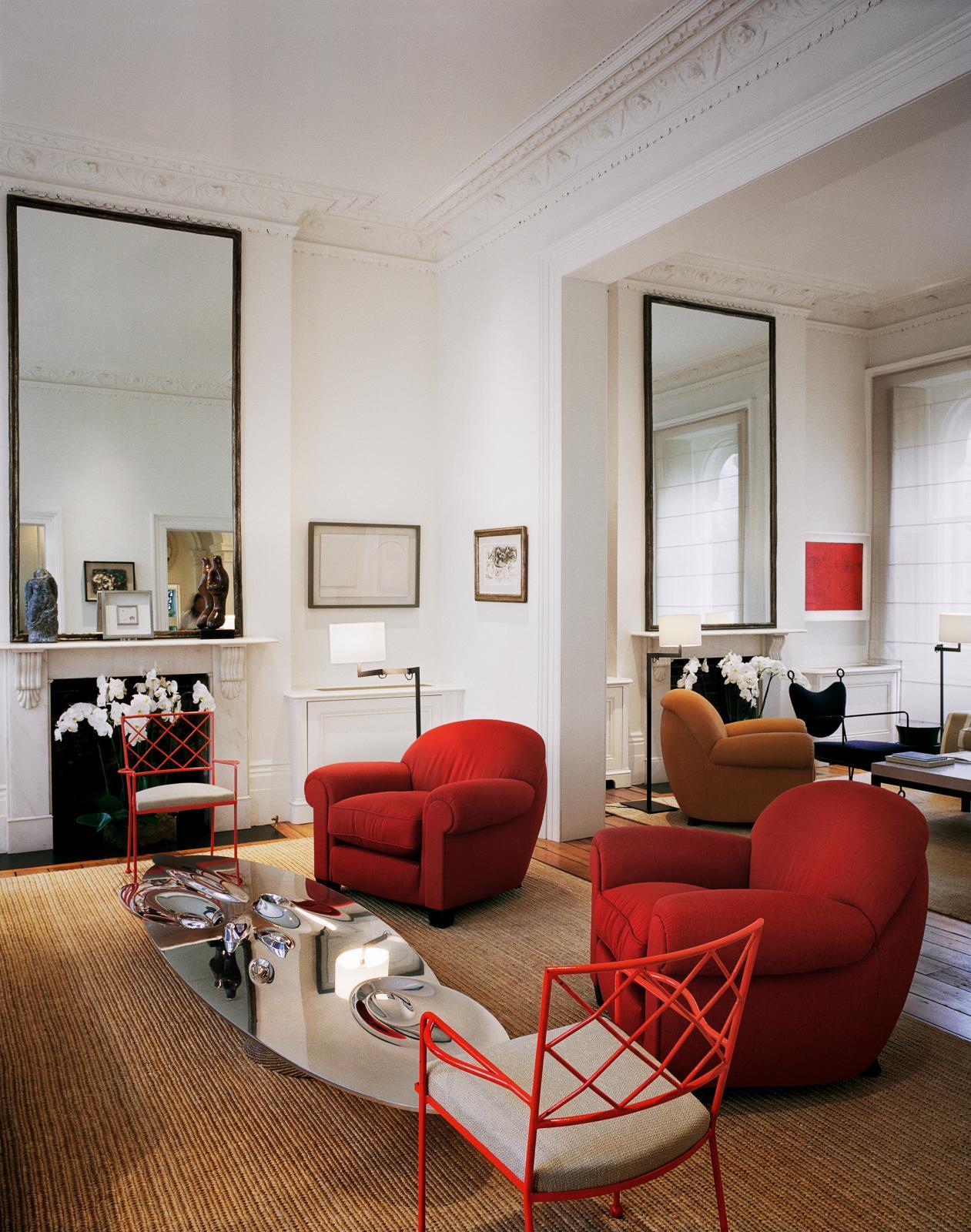 Illustration du style « classique contemporain » de Jacques Grange dans une maison à Londres : fauteuils de Frank et de Royère, table bass