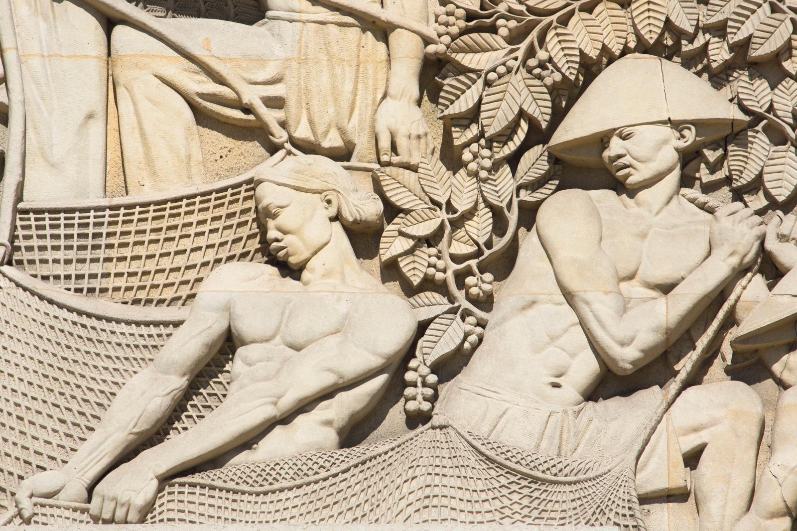 Bas-reliefs de la façade du palais de la Porte-Dorée (détail de la Cochinchine avec pêcheurs). Photo Pascal Lemaître