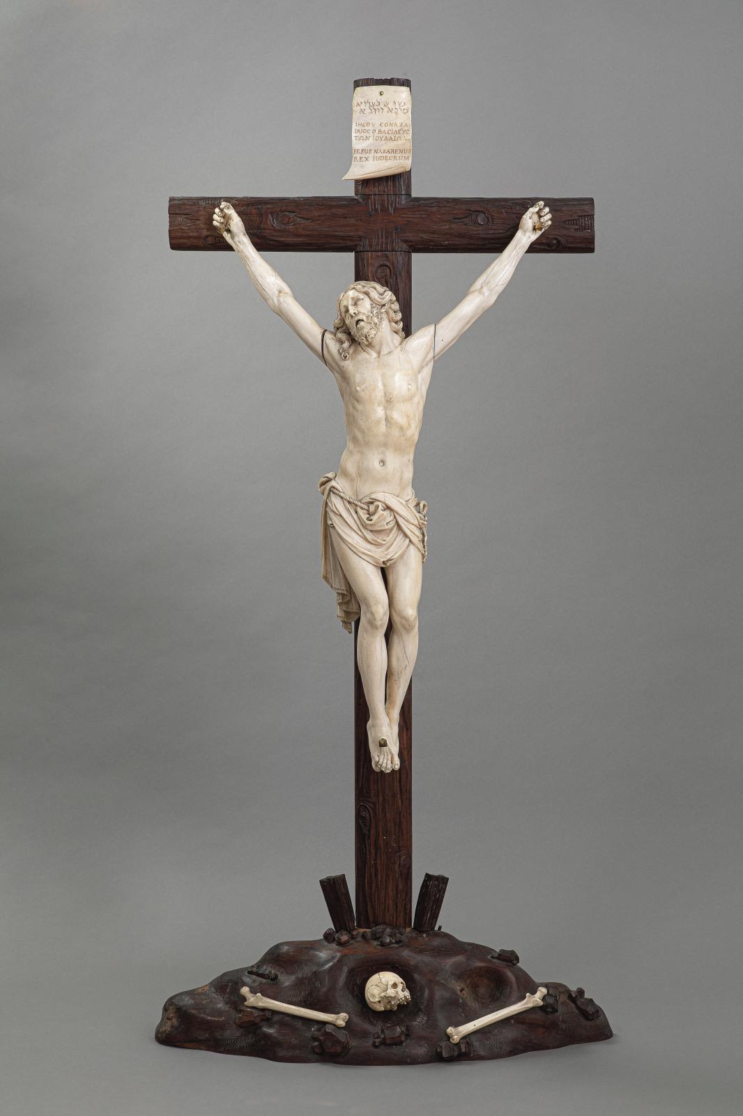 Walter Pompe (1703-1777), Christ en croix, ivoire, signé «1771 Walterus Pompe fecit AE T68 Anvers», h.115cm. Estimation: 100000/12000