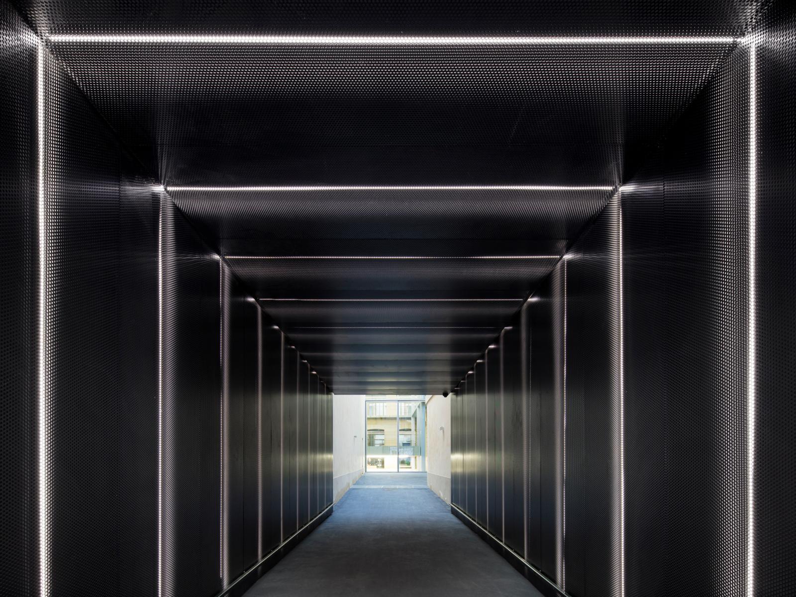 Le passage intérieur, traversant le bâtiment.