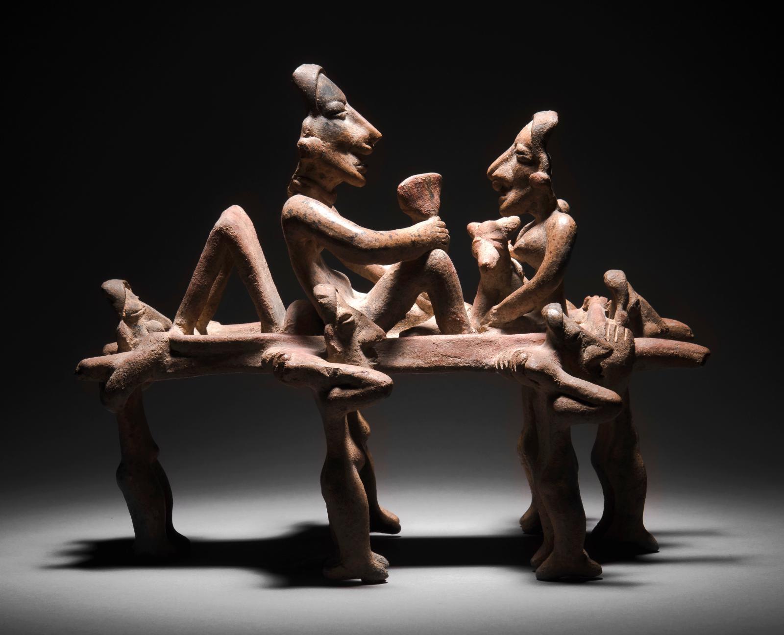 Culture Jalisco, style d'Ameca, Etzatlan, Mexique occidental, protoclassique, 100av.-250apr.J.-C. Couple assis sur un palanquin porté par six pers