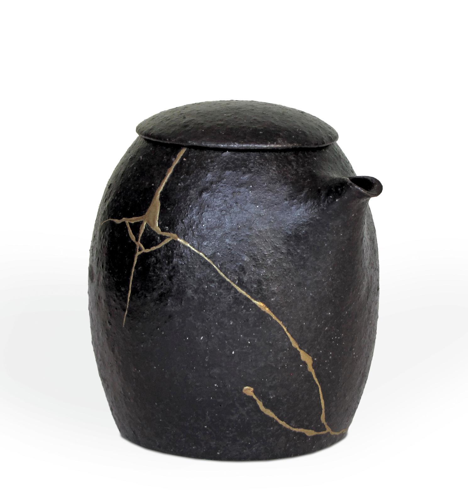 Kintsugi à l'urushi et poudre d'or sur une théière de Laetitia Pineda, pièce réutilisable, collection particulière.