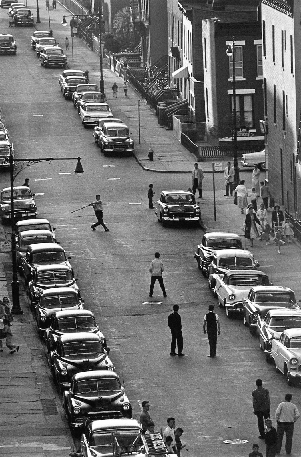 Bruce Davidson (né en 1933), Brooklyn Gang (stickball players), vers1966-1968, épreuve gélatino-argentique, 101,6x76,2cm. Collection Florence et D