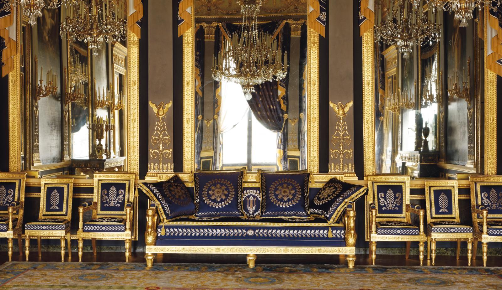 Banquette et sièges recouverts en «gros bleu» dans le salon des Quatre Saisons.