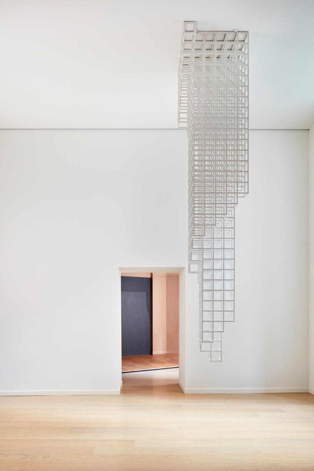 Sol LeWitt, Inverted Spiraling Tower, 1988, structure en bois peint en blanc.
