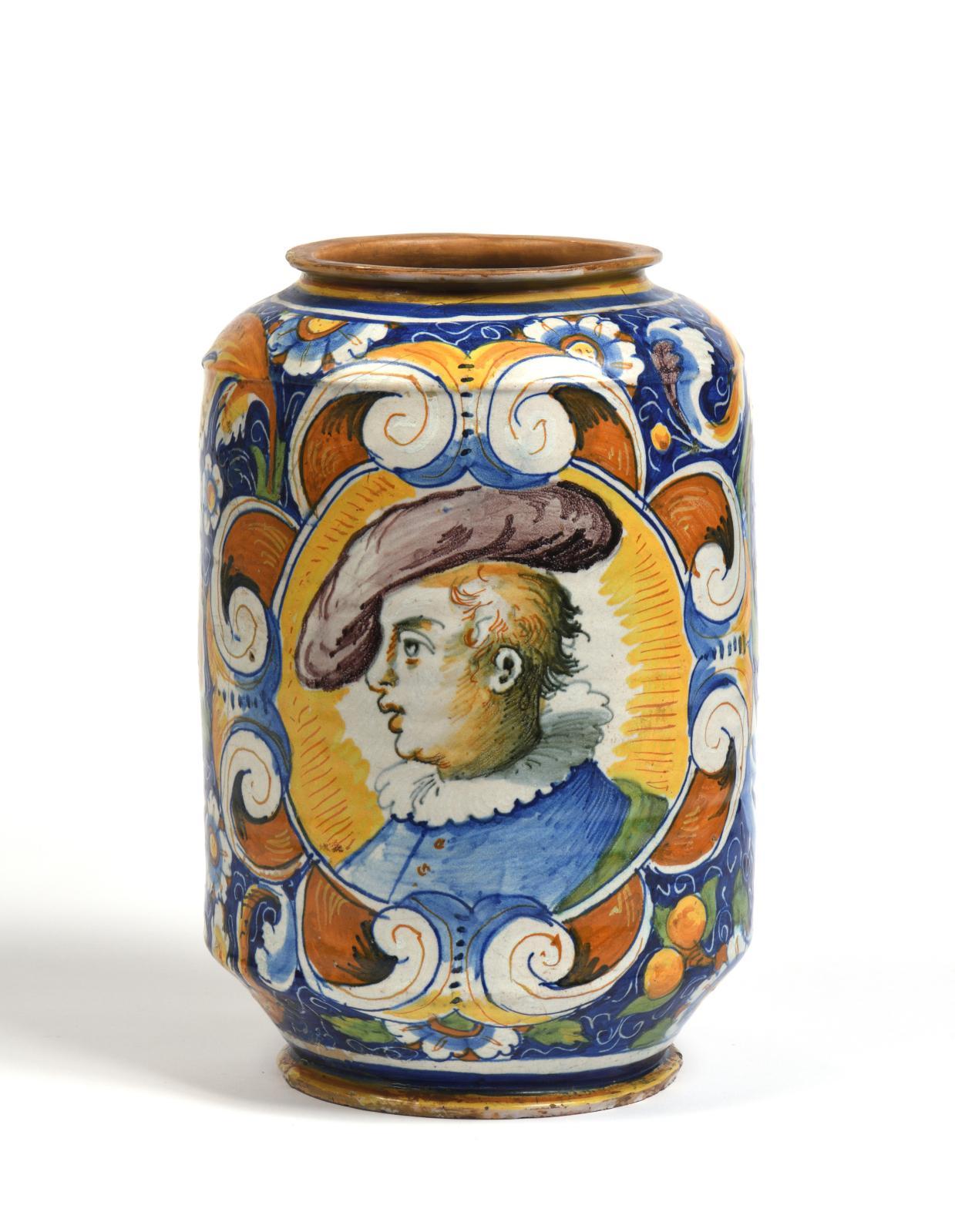 Venise, XVIesiècle. Albarello à décor de feuillages sur fond bleu, d'un profil enturbanné et d'un jeune homme à collerette et chapeau dans des médail