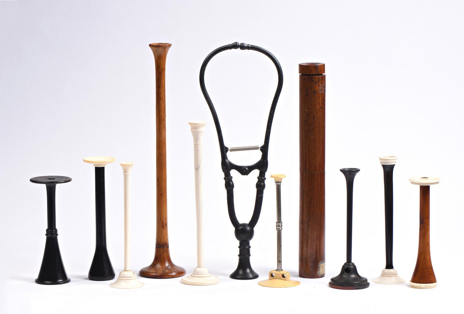 Quelques stéthoscopes de la collection, dont ci-contre, celui de Laennec, un modèle vissé en bois de cèdre ayant appartenu au docteur Gilopieu, vers 1