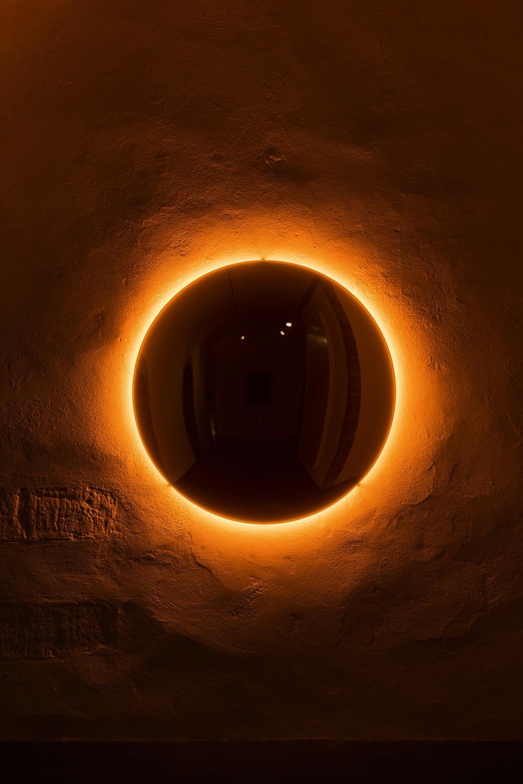 Black Glass Sun, verre convexe noir, acier inoxydable, lumières monofréquentes, transformateur, 120x10cm, installation Espace Muraille, Genève, 201