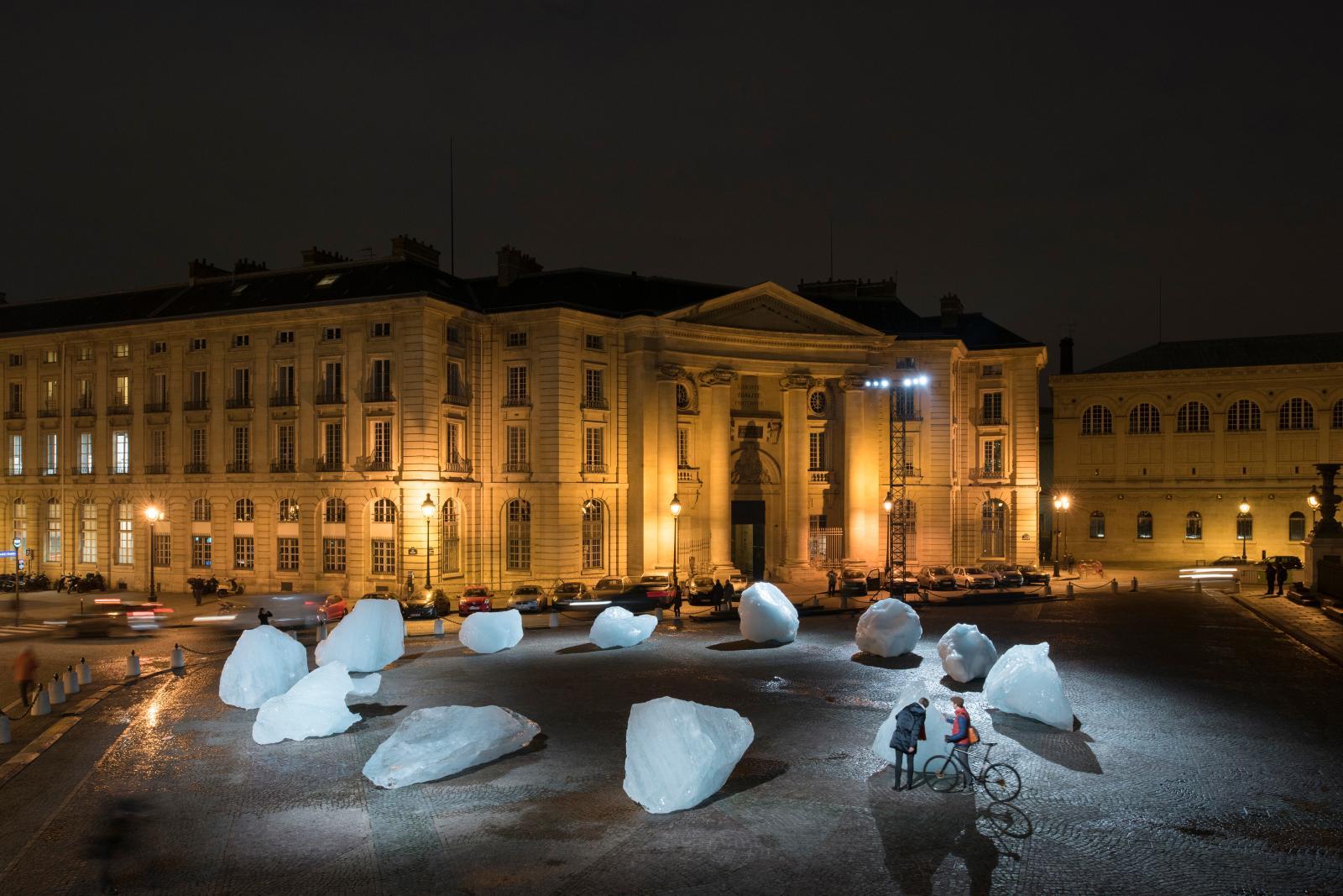 Ice Watch(2014), douzeblocs de glace du Groenland, place du Panthéon à Paris pour la COP21, 2015.