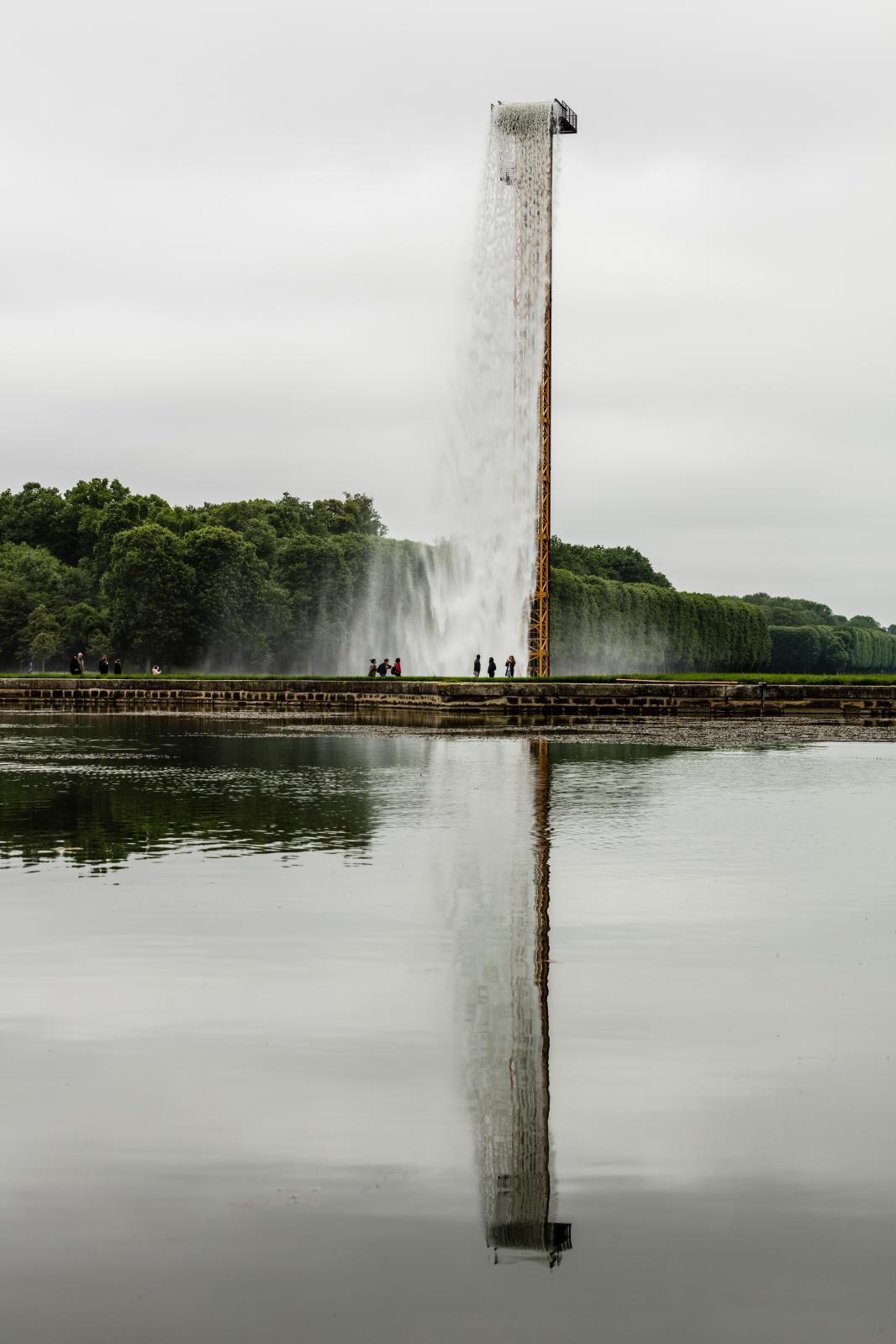 Waterfall, grue, eau, acier inoxydable, tuyau, pompe, ballast, château de Versailles, 2016.