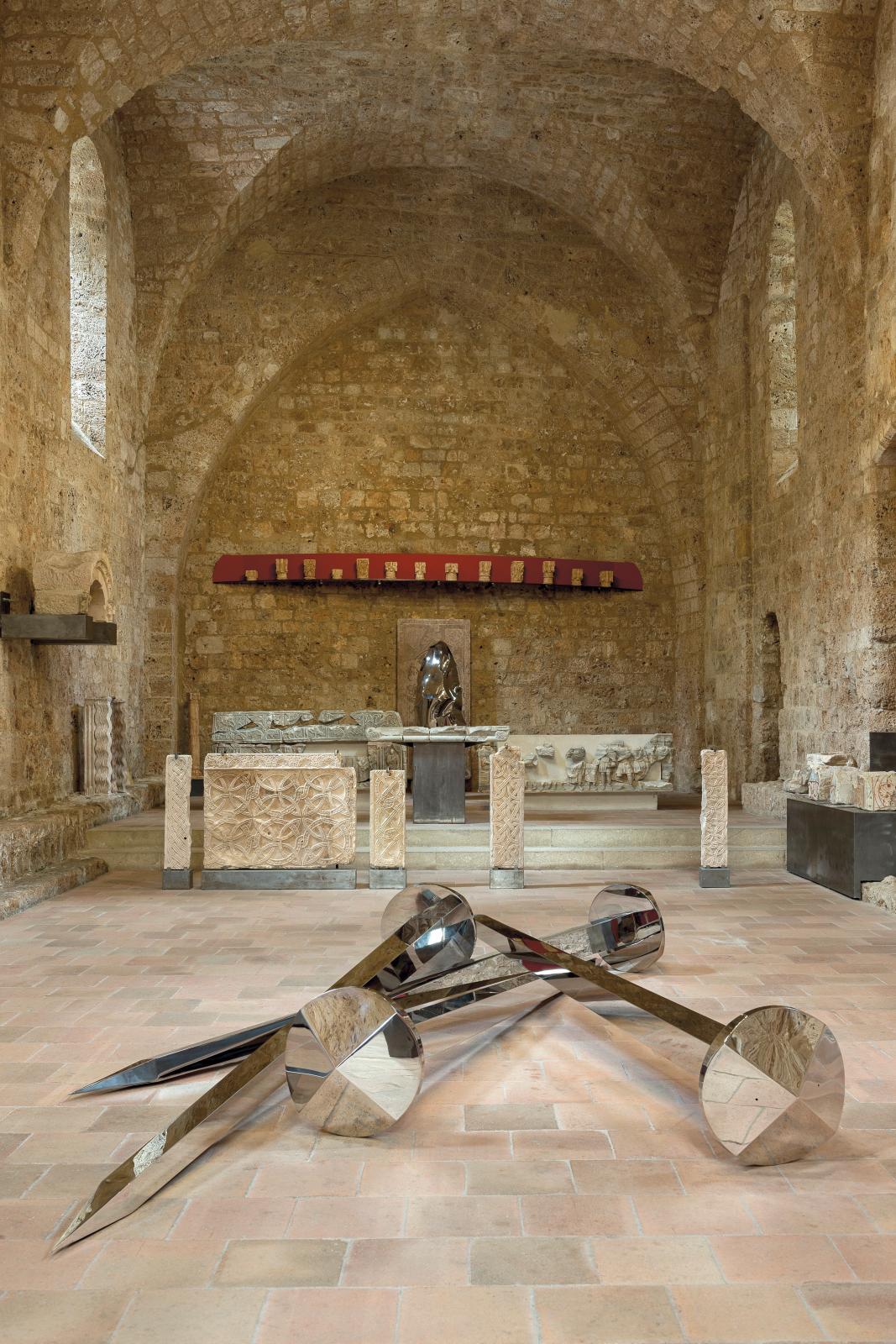 Yazid Oulab, Clous, 2012, acier inox poli, longueur 300cm (en arrière-plan: Monolithe, 2013, acier inox martelé poli, 206x80x37cm), 7eédition