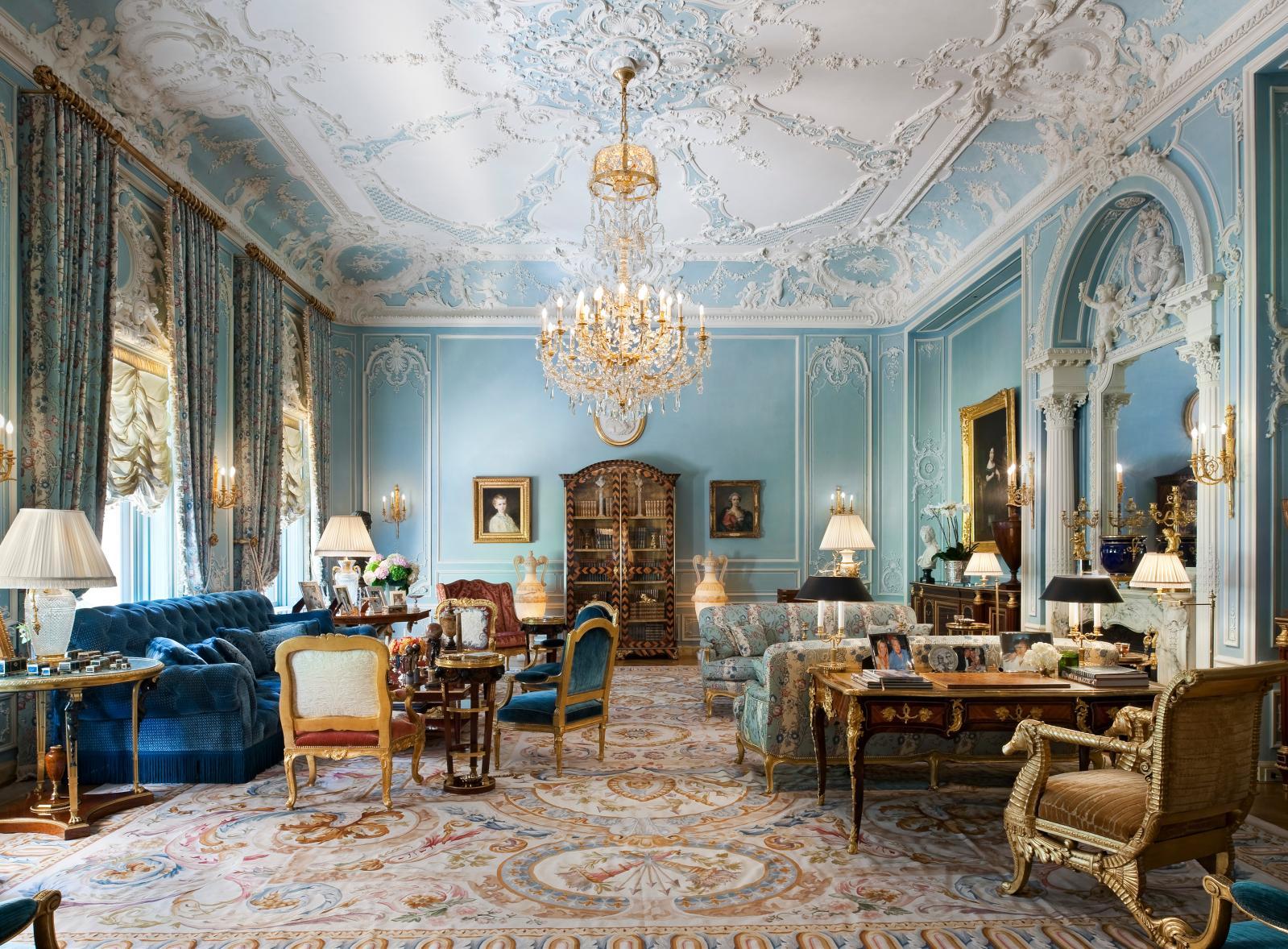 Le style d'Alberto Pinto en majesté dans cet hôtel particulier sur la Ve avenue, à New York. Bureau LouisXV, fauteuils à la reine, guéridon Weisweill