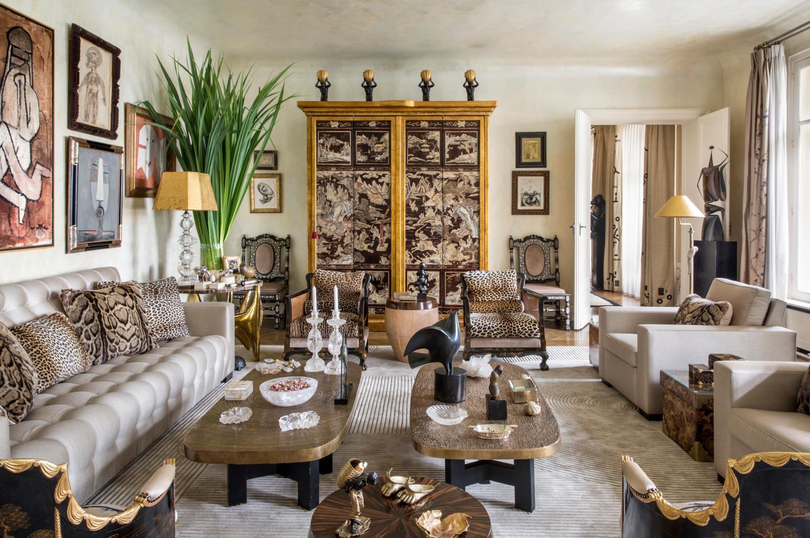 Linda Pinto a épuré le goût de son frère, comme le montre son salon: autour d'une armoire composée d'un paravent de Coromandel, tables basses d'Ado C