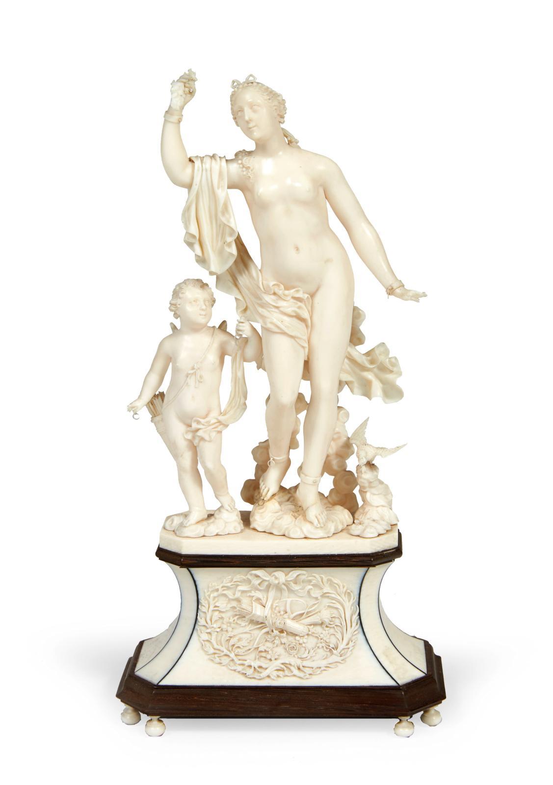 Dieppe, XVIIIesiècle, attribué à Jean-Antoine Belleteste, groupe en ivoire représentant Vénus et l'Amour debout sur des nuées, h.21cm. Paris, Drouo