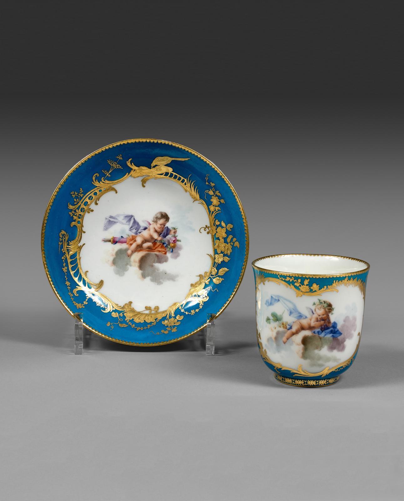 Vincennes, gobelet Calabre et sa soucoupe en porcelaine tendre à décor polychrome d'amours sur des nuages d'après Boucher, XVIIIesiècle, année 1755,